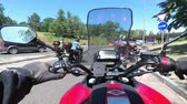 modo de transporte : Chest view on the helm of motorcycle riding in a column of bikers on the road
