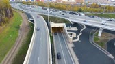 útkereszteződés : Drone flies over the road urban junction. Highway in Moscow. Birds eye view.