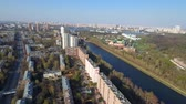 congestionamento : Flying over Moscow on the drone. bird houses eye buildings. Sunny city.