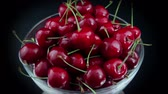 borgonha : A Group of Ripe Red Cherries in a Beautiful Plate, Rotating on The Table. Vídeos
