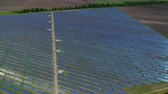zonnepaneel : Flight over a large solar power station. Aerial survey Stockvideo
