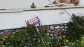 販売の : For sale sign and green lawn. Plot for sale sign. Real estate concept. Selling house sign