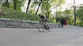주기 : Skinny strong cyclist sprinting up the hill in the park. Cycling training in mountains. Cycling concept.