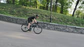 주기 : Bike rider fast descending down the hill in the park. Cyclist wearing helmet on curvy downhill road. 무비클립