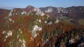 슬로바키아 : Aerial view of Sulov Rocks formation (Sulovske skaly) over autumn forest. Near Zilina, Slovakia