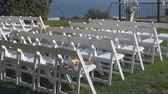 jardim formal : white chairs on the grass
