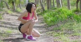 kolano : sport woman feel pain with knee injury in the forest