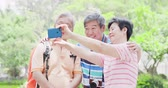 aposentar : old traveling people selfie happily at the park Stock Footage