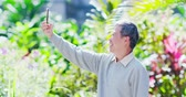aposentar : old man take a selfie by smart phone outdoor