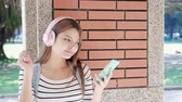 rede social : asian beauty student listen to the music with the smart phone Stock Footage
