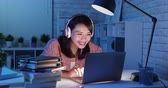 tarefa escolar : asian girl student use the laptop in the evening