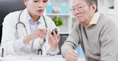 glukometr : Female doctor explain blood sugar test result to elder patient and feel worry