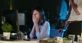咳 : asian businesswoman is sick and has sore throat while working