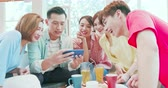 película de filme : asian woman and man watch video on smart phone happily