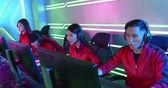 zařvat : Team of asian teenage cyber sport gamers win the multiplayer PC video game on eSport tournament and cheer with hand up