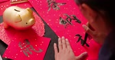 zodiaque chinois : asian people write calligraphy on couplet to celebrate chinese new year of the rat with word meaning luck and mouse Vidéos Libres De Droits