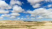 terreno extremo : Time-lapse of fluffy clouds over hills in desert Negev Vídeos