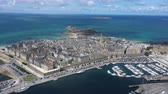 fellegvár : Aerial view of the beautiful city of Privateers - Saint Malo in Brittany, France Stock mozgókép