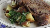 espinafre : rib eye steak with potatoes and spinach rotating in a plate Stock Footage