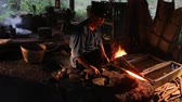 рабочий : Professional Blacksmith at work is Hit the iron by a hot metal With fire
