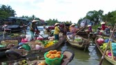 ananás : CAN THO - FEB 17: Unidentified seller at the Floating Market. With hundreds of boats, Cai Rang is one of the biggest floating markets in the world. On Feb. 17, 2013, in Can Tho, Mekong Delta, Vietnam