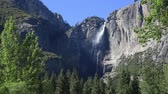 пеший туризм : Yosemite falls in Yosemite Valley