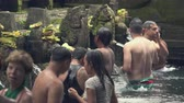 hinduismus : Balinese hindu people praying in the holy springs. Tirta Empul temple - October 2017: Tampaksiring, Bali, Indonesia