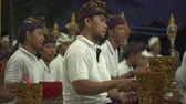 bicí nástroje : Balinese musician playing with gamelan in traditional dress in a village temple - October 2017: Sukawati, Bali, Indonesia Dostupné videozáznamy