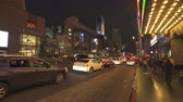 un : Los Angeles traffic. Busy street scene, Hollywood blvd. at night. Walk of fame - August 2017: Los Angeles California, US Stok Video