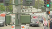 вывеска : Heavy traffic in Beverly Hills. Beverly dr street sign - August 2017: Los Angeles California, US Стоковые видеозаписи
