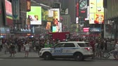 ronda : Volante della polizia lampeggiante in Time Square - agosto 2017: Manhattan, New York City, NY, Stati Uniti Filmati Stock