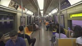 коммутирующих : Subway car interior. New York subway - August 2017: Manhattan, New York City, NY, US