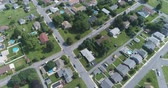 Пенсильвания : Aerial view of American suburb. Suburban homes in Pennsylvania - August 2017: Catasauqua, PA, USA Стоковые видеозаписи
