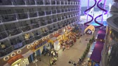 paluba : Promenade deck in a cruise ship. Balcony and boardwalk - Harmony of the Seas