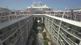 navio : Cruise ship promenade deck. Balconies in the boardwalk - Harmony of the Seas