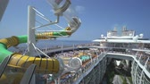 összhang : Crowded cruise ship pool deck with water slide - Harmony of the Seas