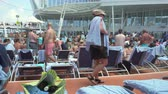 banho de sol : Crowd of people in a cruise ship pool deck - Harmony of the Seas, Caribbean sea
