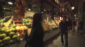 állvány : Famous San Miguel market at night. Fruits and vegetables on the counter - Madrid