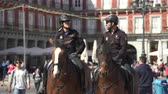 polizia : Poliziotto e donna a cavallo nel centro di Madrid - Plaza Mayor, Madrid, Spagna