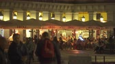 jantar : Tourists have dinner at a restaurant on the Plaza Mayor, Madrid downtown, Spain