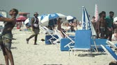 opalanie : Crowded Miami Beach at spring break time. Beach full of people in a sunny day