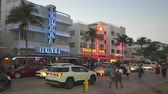 semaforo peatonal : Iluminado Ocean Drive en el distrito Art Deco de Miami. Vida nocturna en South Beach Archivo de Video