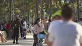 бикини : Miami beach cityscape. Crowds of students and tourists walking in the Lummus Park