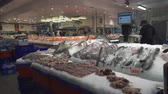 krab : Seafood store in Sydney fish market - fresh fish in counter - March 2017: Sydney, Australia