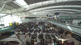 salone : Folla di persone nella hall partenze terminal dell'aeroporto - Heathrow Filmati Stock