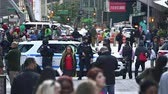 tłum : New York police officers in the crowded Time Square - Manhattan