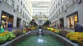 grande angular : Rockefeller Center fountains, slider shot - New York City street scene