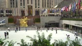 スケーター : The rink in the Rockefeller Center, a slider shot - Manhattan, New York City