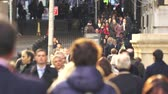 congestionamento : Slow motion, crowd of people walking on New York City Street