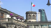 терраса : Chapultepec castle tower with Mexican flag - Mexico City, Mexico Стоковые видеозаписи